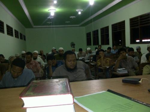 Mahasantri Pesantren Islam Al-Ittiba' Program Kaderisasi Dai dan Imam Angkatan Pertama Sedang Mroja'ah Hafalan Hadits